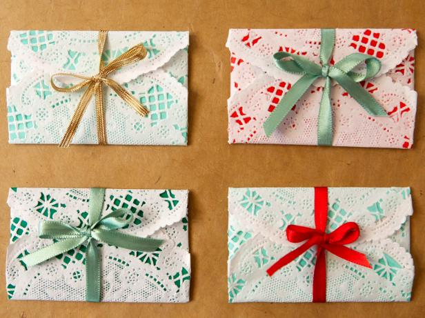 ci-buff-strickland_christmas-gift-wrap-gift-card-doilies_s4x3-jpg-rend-hgtvcom-616-462
