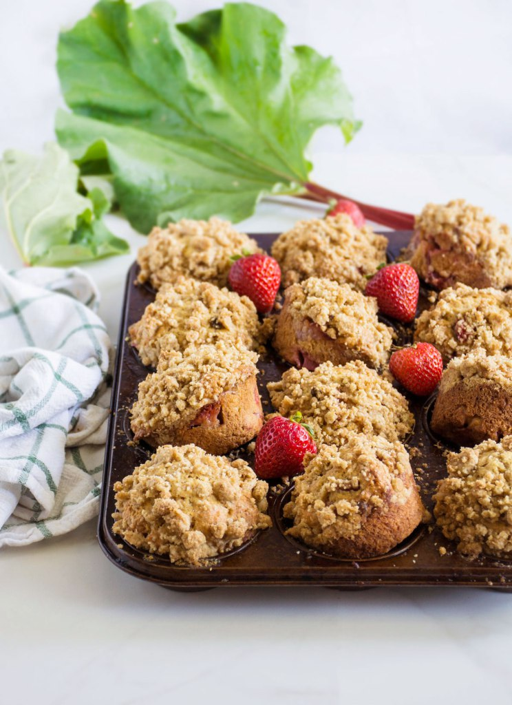 strawberryrhubarbmuffins3