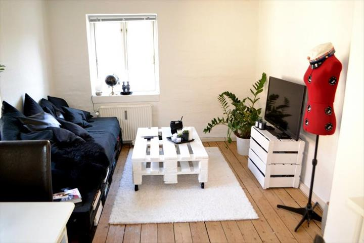 white-painted-Euro-pallet-sofa-and-coffee-table